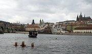 Pět desítek otužilců okusilo v Praze vodu ve Vltavě při každoročním tříkrálovém plavání.
