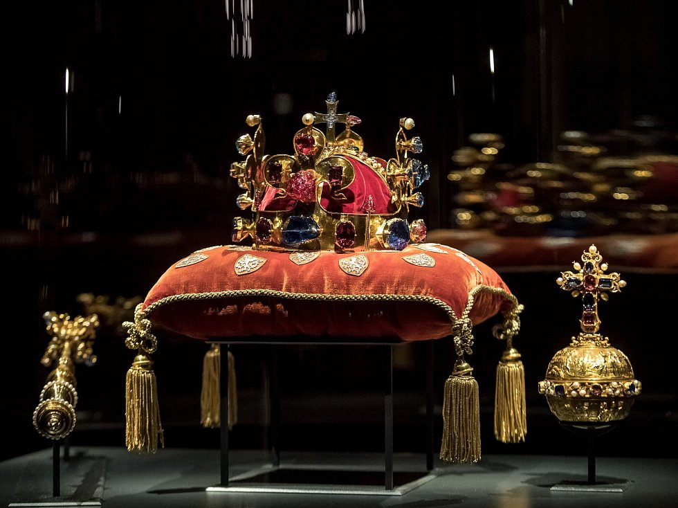 Korunovační klenoty byly vystaveny 15. ledna ve Vladislavském sále na  Pražském hradě. 65064377613