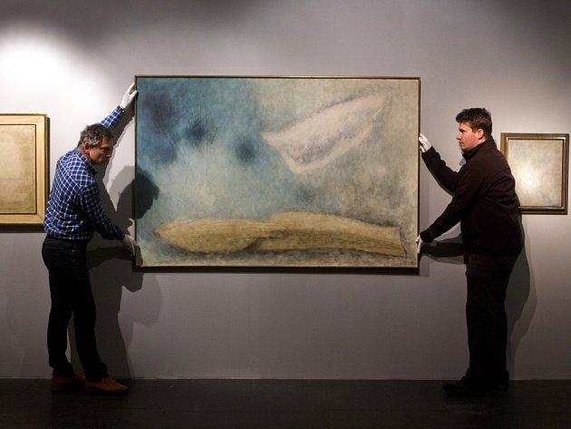 Instalace obrazu Země-světlo před vernisáží výstavy Josefa Šímy na Kampě.