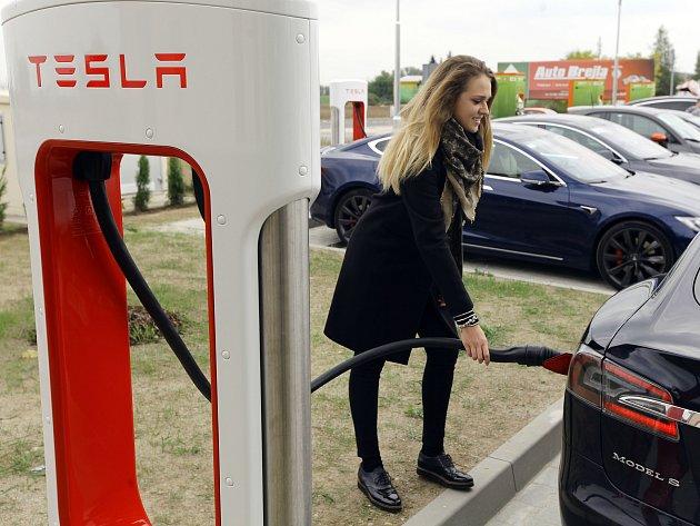 Otevření nové dobíjecí stanice Tesla Supercharger ve Vestci u Prahy.