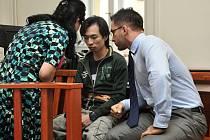 Z pokusu o vraždu na Chodově se před Krajským soudem v Praze zpovídal Vietnamec Quang Huy Tran. Na snímku s advokátem Jaromírem Štůskem a s tlumočnicí.