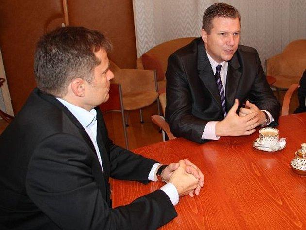 Starosta Prahy 13 David Vodrážka (vlevo) si měl co povídat s odměněným Jaroslavem Škoulou.