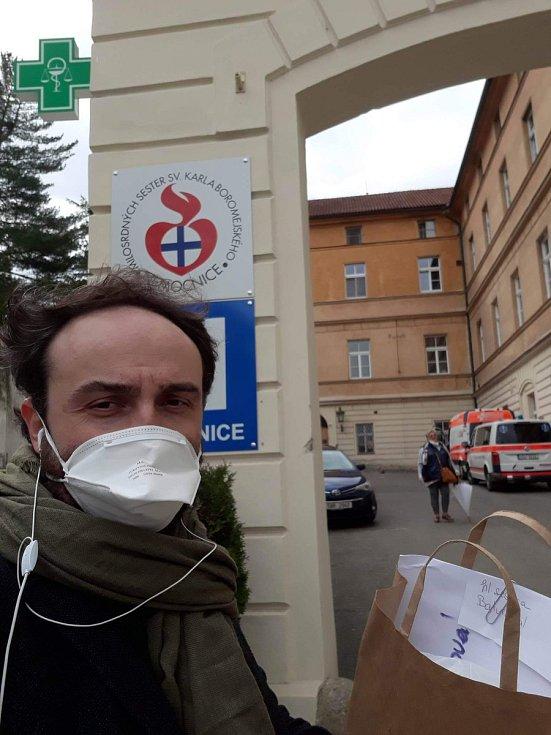 Ředitel Městských divadlech pražských Daniel Přibyl před nemocnicí pod Petřínem