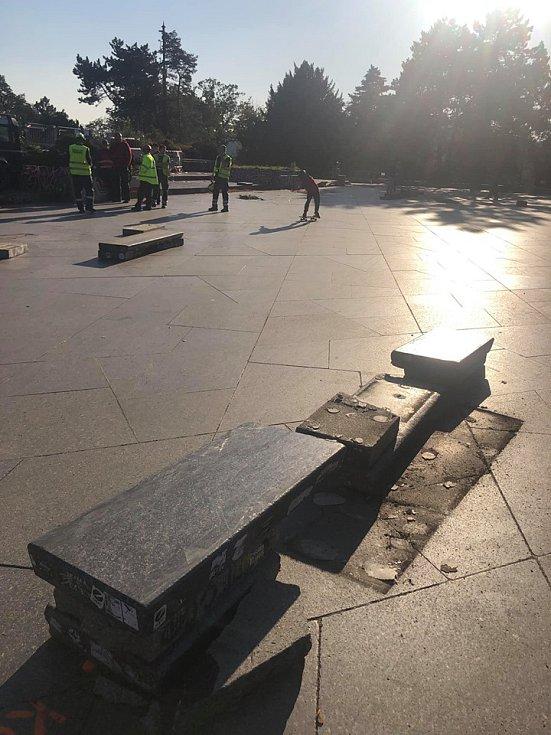 Zátěžové testy bývalého Stalinova pomníku na pražské Letné.