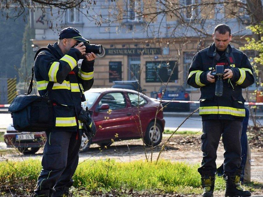 V Praze 8 shořelo osobní auto, uvnitř byl mrtvý člověk.