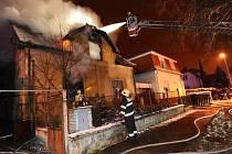 Noční požár neobývaného rodinného domu ve Lnářské ulici v Uhříněvsi na okraji Prahy.