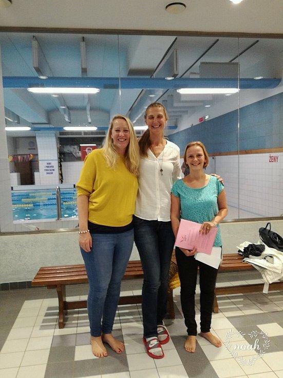 S kolegyněmi. Jana Draslarová (vlevo) s Ilonou Burgrovou (uprostřed) a Petrou Šedivou chodily plavat s lidmi s mentálním postižením.