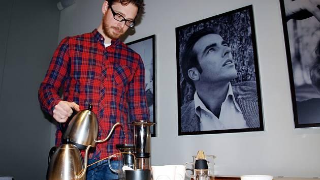 Národní kolo v přípravě kávy vyhrál Jiří Sládek, třicetiletý barista z Prahy.