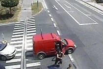 Konflikt v křižovatce, který skončil zlomenou rukou 39letého řidiče po napadení spolujezdcem z jiného auta, vyšetřují pražští policisté.