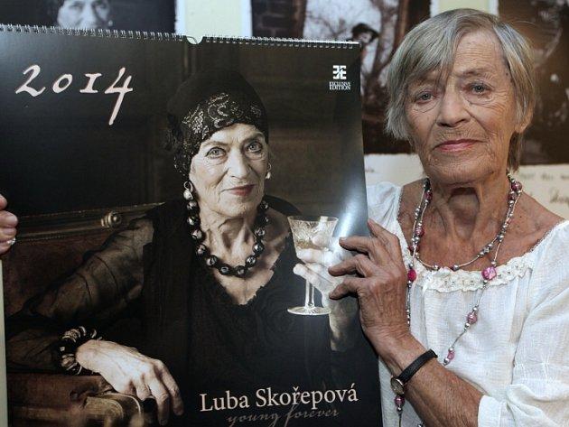 Křest kalendáře k 90. narozeninám Luby Skořepové od fotografky Aleny Hrbkové. Motto: Chci se bavit, je mi teprve 90 let. Divadlo v Řeznické 9. září.