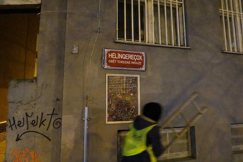 Aktivisté přelepili názvy šesti ulic na Žižkově jmény obětí turecké invaze do Sýrie.