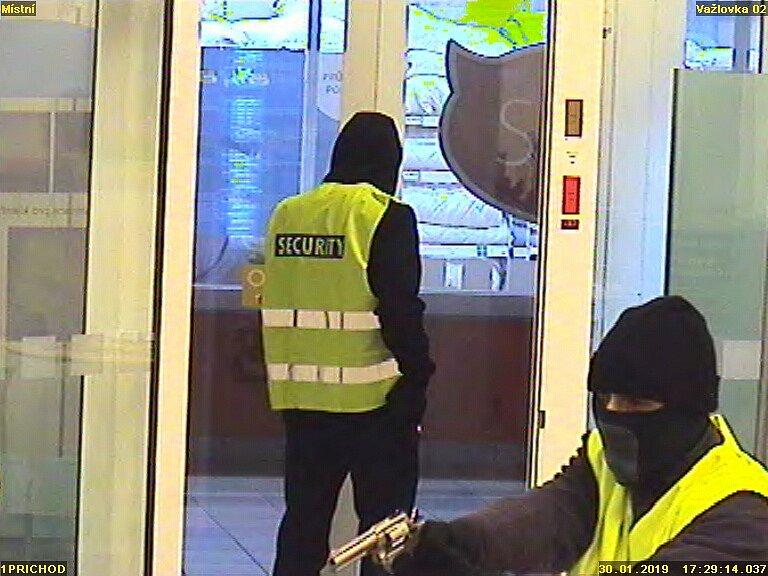 Policie hledá lupiče, kteří přepadli spořitelnu na Skalce.