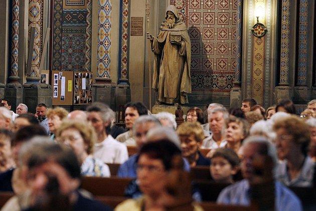 Slavnostní bohoslužba v kostele Cyrila a Metoděje v Karlíně v den jejich svátku.