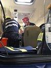 Záchranáři ošetřují vyproštěnou osobu.