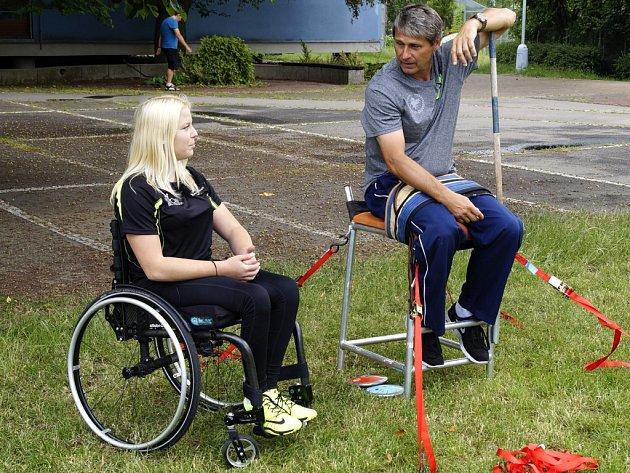 Trojnásobný vítěz olympijských her Jan Železný si vúterý svoje řemeslo vyzkoušel vjiné roli, spolu shandicapovanou oštěpařkou Katkou Novákovou.