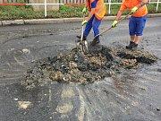 Na ulici Evropská v Praze vybouchl kanál a fekálie byly rozmetány na vozovku.