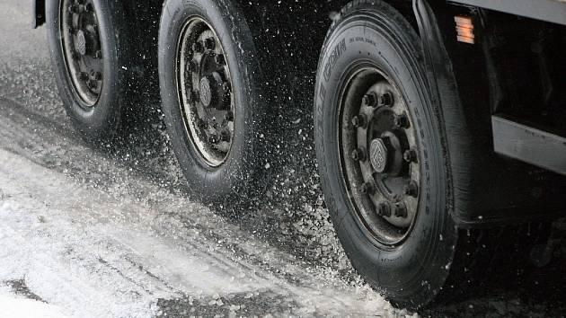 Z dálnice se stalo parkoviště, problémy jsou i na dalších silnicích Vysočiny