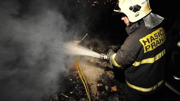 Tragický víkendový požár přístřešku pro bezdomovce, který v noci na sobotu shořel v Záběhlicích, vyšetřují pražští kriminalisté.