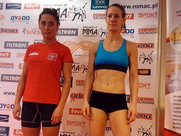 Magdalena Šormová (vpravo), zápasnice pražského Penta gymu před zápasem proti polské Weronice Zygmunta.