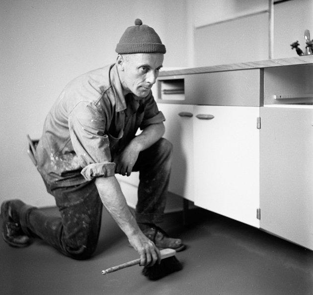 Natěrač – Sídliště vMalešicích mělo být ve své době co nejmodernější. Proto se například vbytech využívaly latexové nátěry na betonovou podlahu, což bylo tehdy novinkou.