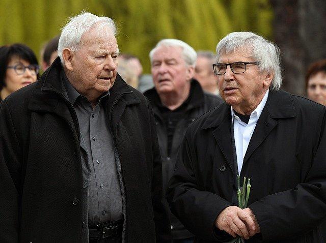 Zleva rozhlasový režisér Karel Weinlich a malíř a grafik Vladimír Suchánek.