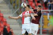 Utkání 22. kola první fotbalové ligy Slavia Praha - Sparta Praha 2. dubna v Praze. Zleva Milan Škoda ze Slavie a Lukáš Mareček ze Sparty.