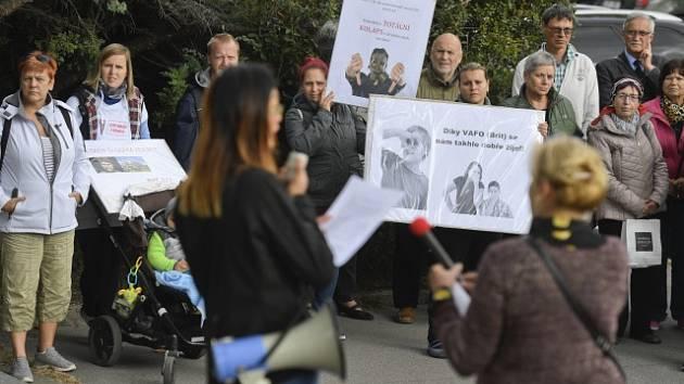 Před sídlem ministerstva životního prostředí v Praze se sešli 19. září 2019 lidé, kterým vadí záměr rozšíření výroby společnosti VAFO (Brit). Výrobce krmiva pro psy podle protestujících ohrožuje zápachem obyvatele v širokém okolí továrny v Chrášťanech.