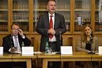Rektor Tomáš Zima popsal projekt nového vědeckého centra Kampus Albertov. Vlevo od něj Martin Kováč, prorektor pro vnější vztahy UK v Praze, vpravo Petra Šandová, vedoucí oddělení územního rozvoje Prahy 2.