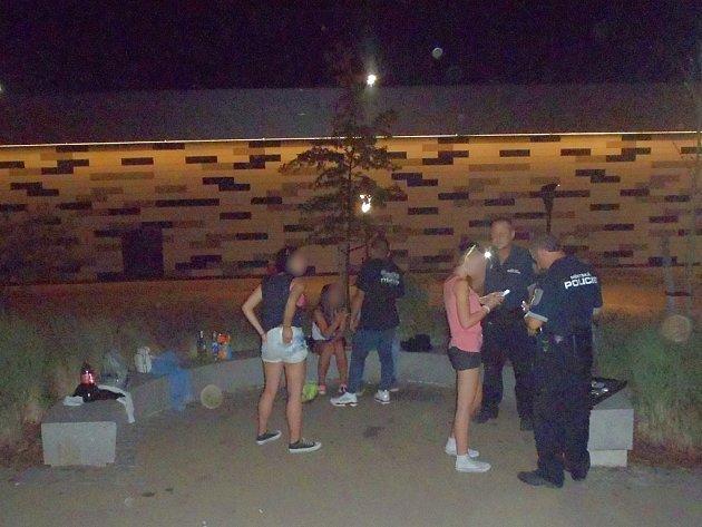 Tři případy popíjející mládeže řešili pražští strážníci během pondělní a úterní noci na Černém Mostě.