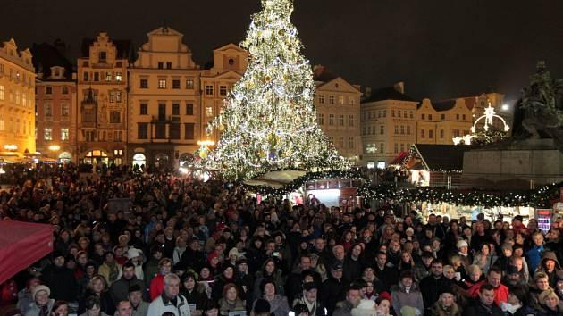 Takto to před rokem vypadalo na Staroměstském náměstí v Praze při akci Česko zpívá koledy. Letos se koná znovu. Ve středu 10. prosince 2014 od 18 hodin. A i šéfredaktor Pražského deníku Ondřej Leinert, který koledy jinak nemusí, všechny zve.