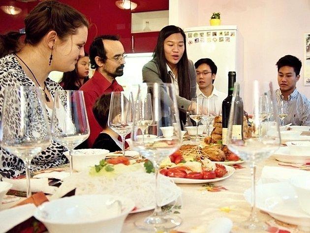 Stěžejním bodem projektu Rodina odvedle je setkání českých rodin a rodin cizinců při společném obědě.