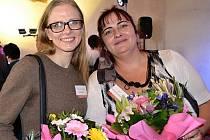 Michaela Pachmanová (vpravo) z Centra sociálních služeb Praha 2 zvítězila v kategorii Pracovník v sociálních službách - pečovatelka roku - ambulantní služby. Za druhou městskou část jí poblahopřála zastupitelka Eliška Zemanová (vlevo).