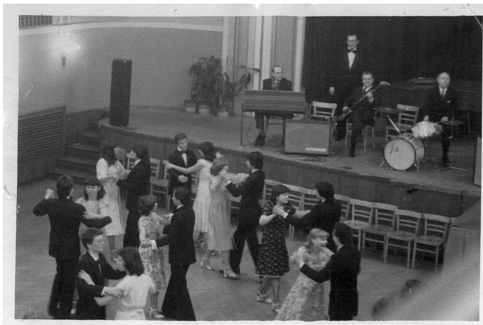 Taneční výuka pod vedením Dr. Chrastila ve Velkém sále Domu kultury kovoprůmyslu (dnes Národního domu na Smíchově) v Praze 5.