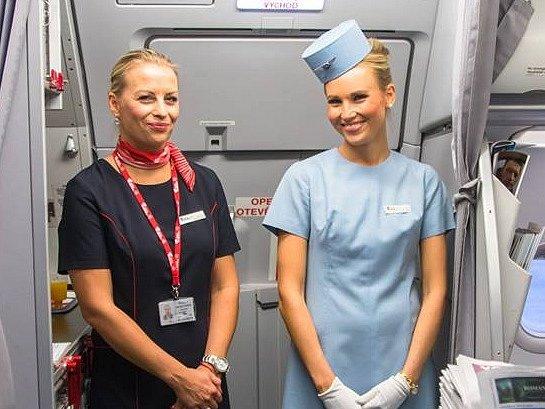Letecká společnost ČSA slaví 95. výročí vzniku a letušky oblékají historické uniformy.