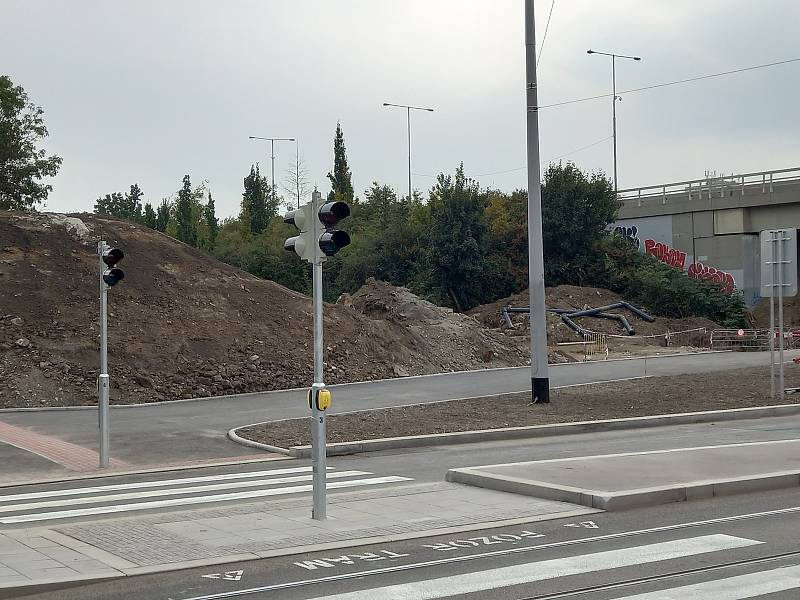 Přechod pro chodce sice má semafory, ale ty ještě 27. září nefungují
