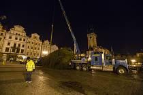 Od časných ranních hodin 24. listopadu 2020 stojí na pražském Staroměstském náměstí vánoční smrk.