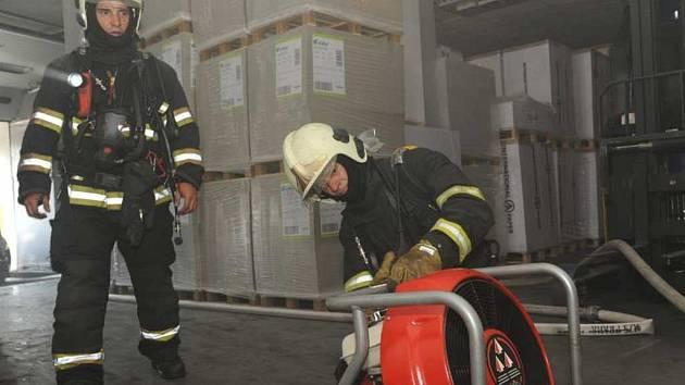 Požár ve skladu papíru.