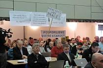 Na mimořádném zastupitelstvu Prahy 11  se projednávala kauza sledování politiků, úředníků a podnikatelů. Většina veřejnosti v sále dávala hlasitě najevo podporu starostovi Daliboru Mlejnskému (ODS).