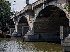 Libeňský most je v havarijním stavu.