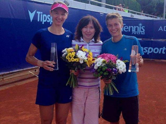 Dosáhnout až na vrchol tenisového turnaje Advantage Cars Prague Open hvozdenské hráčce Renatě Voráčové (vlevo) vedle nizozemské spoluhráčky Demi Schuursové pomohla týmová sportovní psycholožka Eva Šauerová (uprostřed).