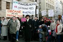 DEMONSTRACE PŘED MAGISTRÁTEM. Příznivci pokračují ve snaze o zachování azylového domu, minulý týden předali petici primátorovi Bémovi.