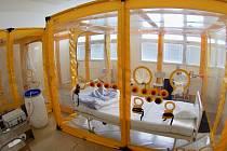 Nemocnice na Bulovce disponuje tzv. bioboxy pro pacienty s obzvlášt nakažlivými chorobami.