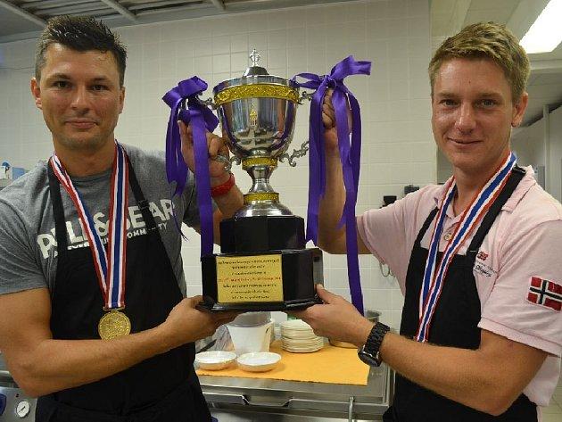 Antonín Bradáč (vlevo) a Jan Davídek se zlatými medailemi a pohárem pro nejlepší tým v mezinárodní soutěži v Bangkoku.