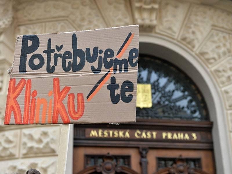Příznivci Autonomního sociálního centra Klinika demonstrovali v úterý 8. března 2016 u radnice Prahy 3, jejíž zastupitelstvo mělo jednat o jeho budoucnosti.