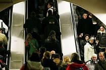 ZA KOLIK? Evropská norma určuje nejvyšší rychlost jezdících schodů 0,75 metru za sekundu, dříve byla až třikrát vyšší.