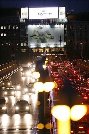 TMA A KLID V NOCI? V Praze na to zapomeňte. Podle odborníků se ale může nadměrné světlo negativně podepsat na vašem spánku.