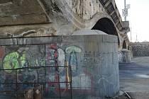 Odborníci provádějí diagnostiku Hlávkova mostu v Praze.