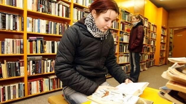 Do knihovny si chodí půjčovat výtisky okolo 800 čtenářů, z toho 260 je dětí.