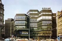 """NAJDĚTE ROZDÍL. Fasáda obchodního domu Kotva upoutá pozornost i dnes, místo """"reklamy"""" na státostranu jsou ale k vidění jiné."""