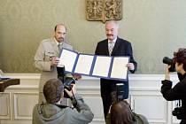 PO ŠEDESÁTI LETECH. Německá kopie dokumentu, který znamenal okleštění území předválečného Československa, se vrací na místo, kde s ní byla seznámena tehdejší vláda.